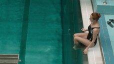 Виктория Исакова задерживает дыхание в бассейне