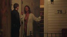 Скотти Томпсон распахнула халат перед полицейским