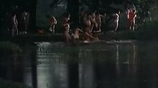 Обнаженные женщины купаются в озере