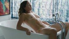 Натали Крилл мастурбирует в ванне струей воды