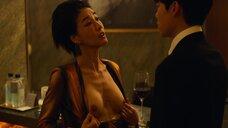 Чин Со-ён показывает голую грудь