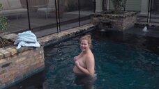 3. Обнаженная беременная Эми Шумер в бассейне – Ожидание Эми