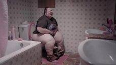Ициар Кастро в туалете