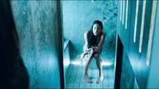 Шаника Уоррен-Мерленд в туалете