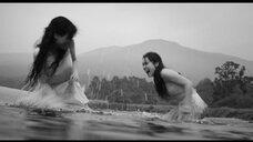 Наталия де Молина и Грета Фернандез плескаются в воде