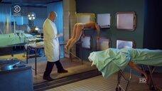 Забавная сцена в морге с телом девушки