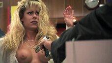 Джесси Фэллер показывает голую грудь грабителю