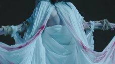 1. Распятая девушка – Синичка