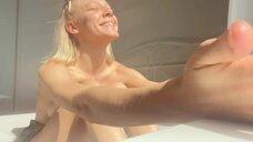 Алена Михайлова принимает солнце
