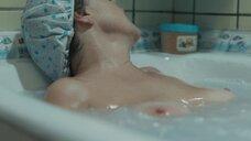 Обнаженная Наталья Павленкова мастурбирует в ванне