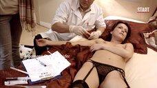 Женщина топлес после удушения