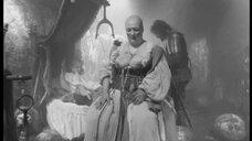 1. Лысая женщина с голой грудью – Трудно быть богом (2013)
