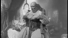 2. Лысая женщина с голой грудью – Трудно быть богом (2013)