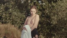 Криста Тере показала голую грудь