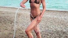 Секси Ольга Бузова принимает душ на пляже