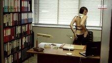 Женщина манит попкой