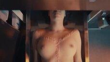 Тело голой женщины в морге