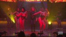 Эротический танец Эмили Симпсон на сцене