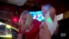Пьяная Тамра Джадж показывает голую грудь