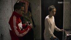 Юлия Хлынина в свитре без лифичика