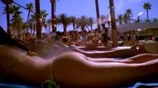 2. Девушки в купальниках возле бассейна – Лас Вегас