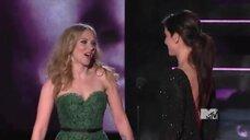 1. Сандра Буллок целуется со Скарлетт Йоханссон на MTV Movie Awards 2010