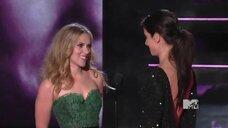 2. Сандра Буллок целуется со Скарлетт Йоханссон на MTV Movie Awards 2010