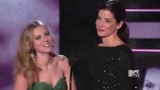 5. Сандра Буллок целуется со Скарлетт Йоханссон на MTV Movie Awards 2010