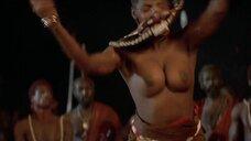 Танец женщины топлес из племени