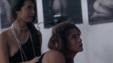Молодые девушки позируют для художника