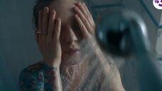 Рина Гришина принимает душ