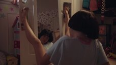 Майя Эрскин мастурбирует перед зеркалом