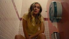 Хейли Лу Ричардсон писяет в туалете