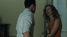 3. Горячий секс с Натальей Водяновой на лестнице – Влюблённые (2012)