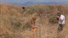 Подглядывание за Яя Форте в поле