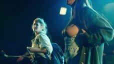 Девушка показывает голые сиськи на сцене