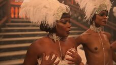 Вунми Моссаку топлес на сцене