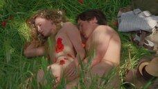 Раздетые Анна Фрил и Калиста Флокхарт в траве