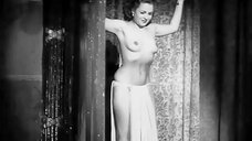 Мари Дюран показала голую грудь на сцене