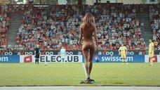 Девушка разделась догола на футбольном поле