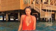 Наталья Рудова позирует в мокром купальнике