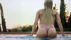 Мокрая Наталья Рудова в бассейне