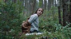 Анастасия Чистякова раздевается в лесу