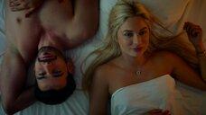Красотка Наталья Рудова лежит в постели