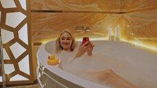 Юлия Франц в ванне с пеной