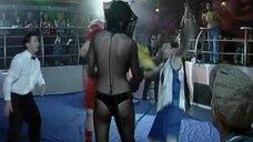Девушка на ринге с табличкой