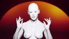 Голая грудь Роуз МакГоун в клипе RM486