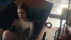 Обнаженная Шарлотта Хоуп в ванне
