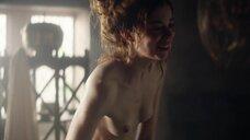 Шарлотта Хоуп встает из ванны