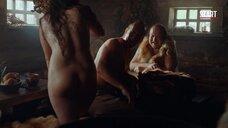 Сцена в бане с голыми женщинами